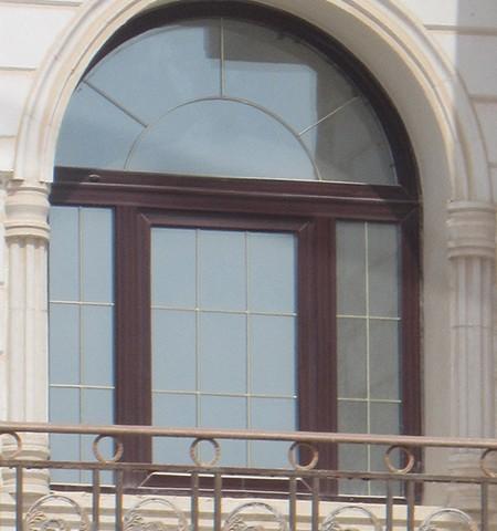 پنجره قوس دار