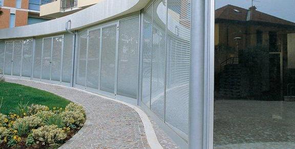 پنجره دوجداره با پرده کرکره ای
